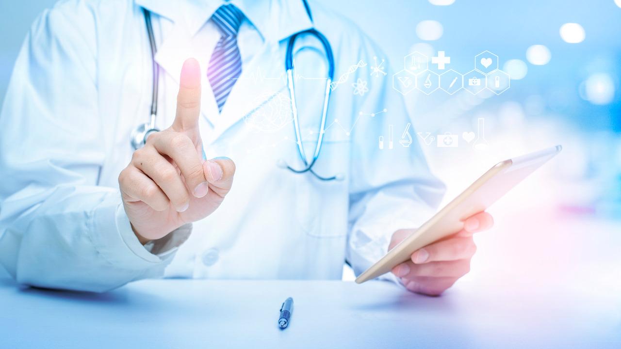 doctor-scrolling-virtual-display